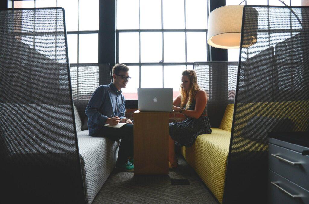 2 gegenüber sitzende Personen im Gespräch