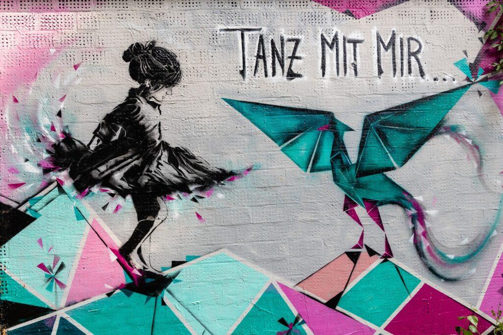 """Abstraktes Bild mit der Aufschrift """"Tanz mit mir"""""""