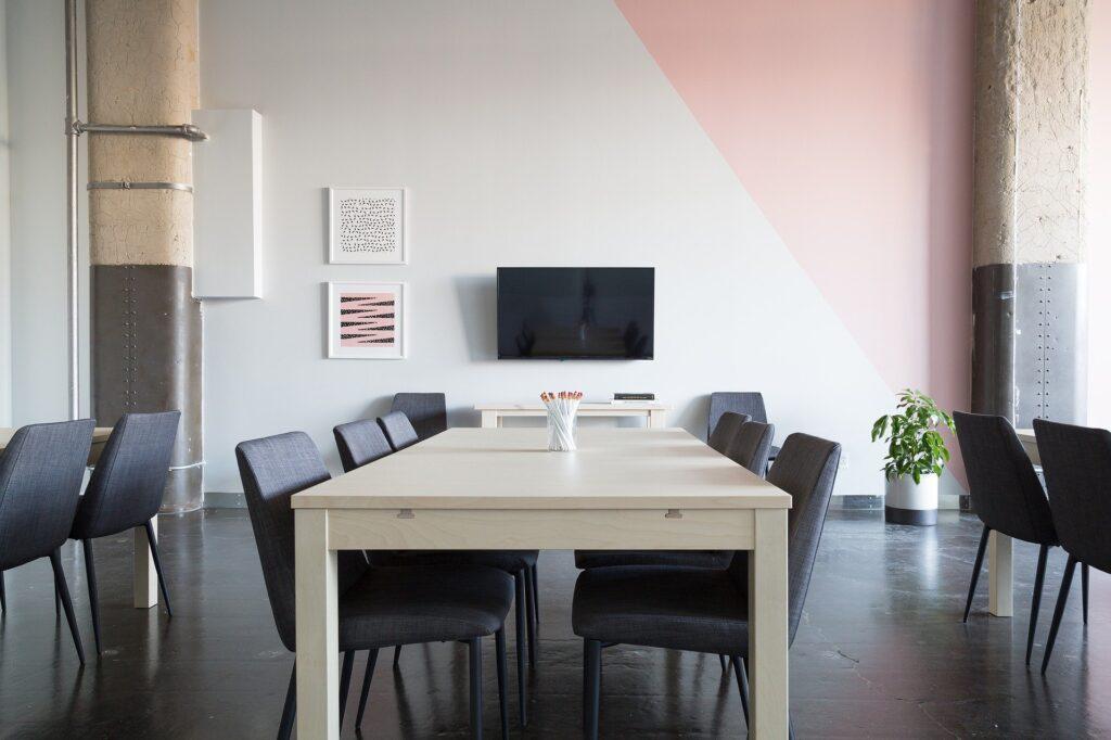 Raum mit einem großen Konferenztisch und Stühlen