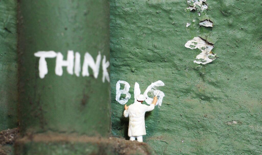 """Abstraktes Bild mit der Aufschrift """"Think Big"""""""