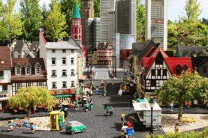 Ausschnitt einer Miniaturstadt aus Bausteinen