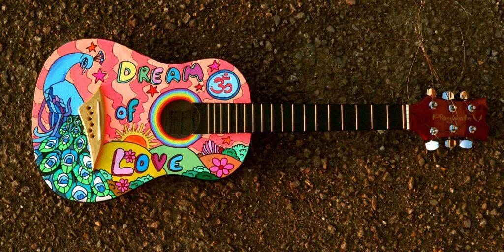 Bunt bemalte Gitarre.