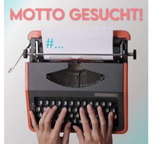 Finger schreiben auf einer Schreibmaschine.